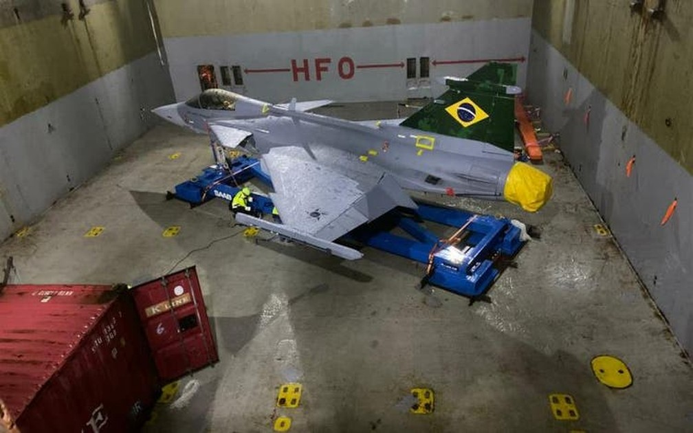 Novo caça da FAB chega ao Brasil de navio pelo porto de Navegantes