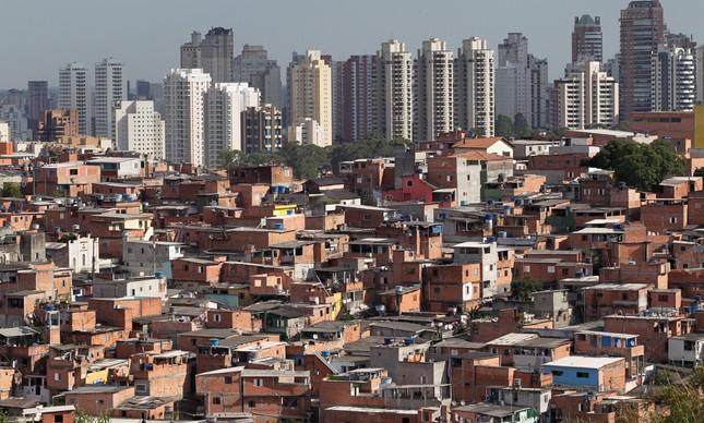 Na imagem, a favela de Paraisópolis e o bairro vizinho, em São Paulo