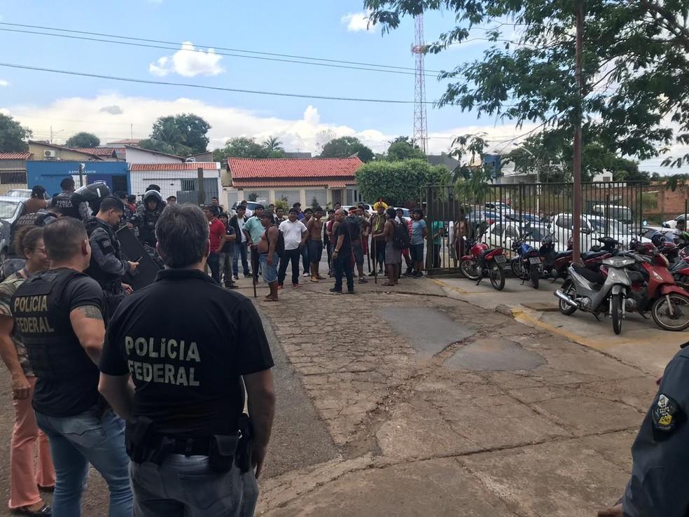 Índios pretendiam entrar no Fórum de Barra do Garças — Foto: PM-MT/ Divulgação