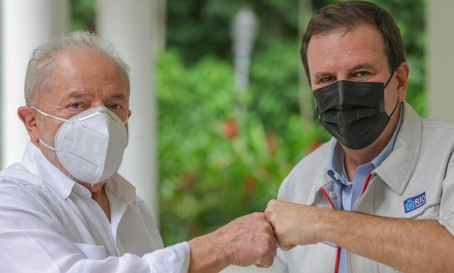 Lula e Eduardo Paes posam durante visita do petista à prefeitura do Rio