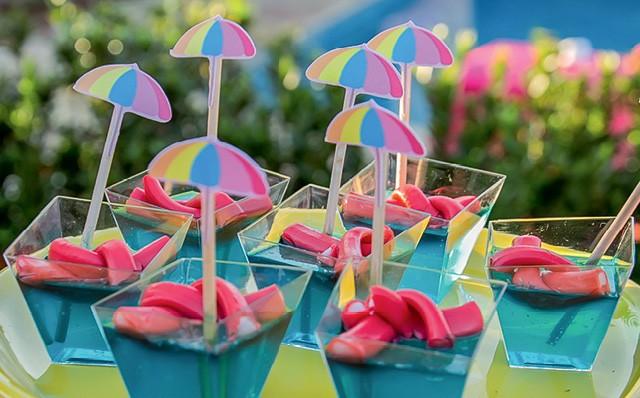 Piscinas feitas com gelatina azul e balas que imitam as boias espaguete (Foto:  THAIS GALARDI/GNT)