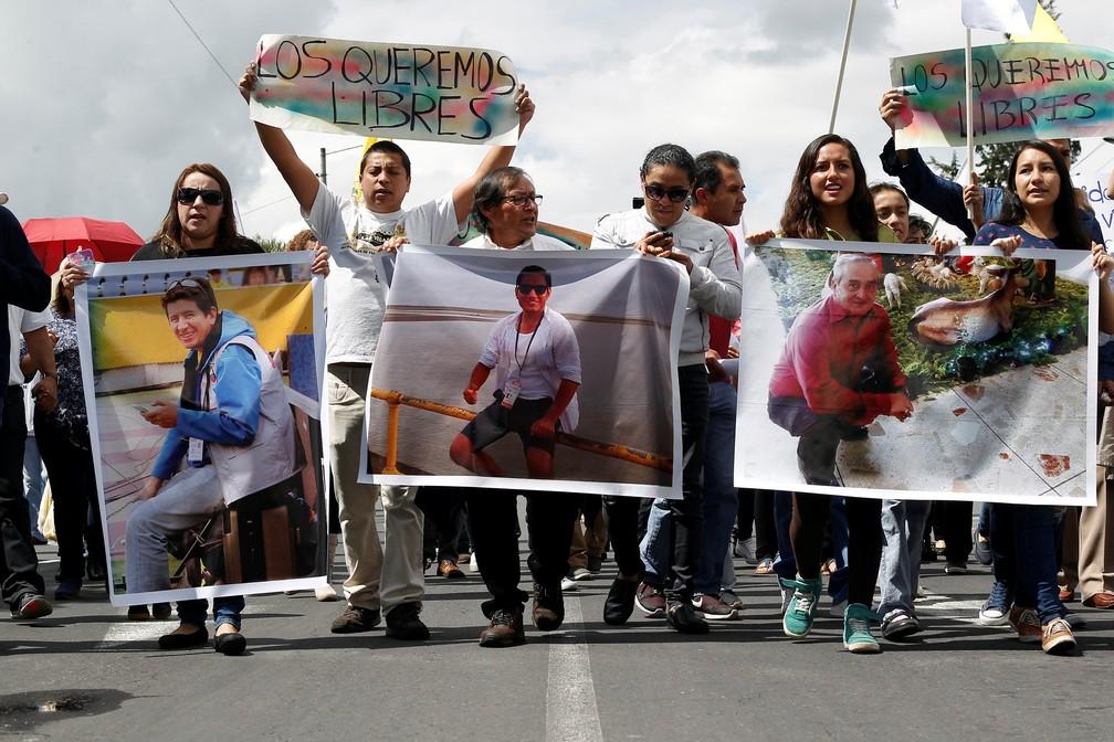 Protesto no dia 1º de abril pediu a libertação da equipe do jornal 'El Comercio' sequestrada na fronteira com a Colômbia (Foto: Daniel Tapia/Reuters)