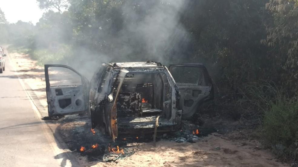Carro de passeio totalmente destruído pelo fogo na margem da PA-457 (Foto: Sílvia Vieira/G1)