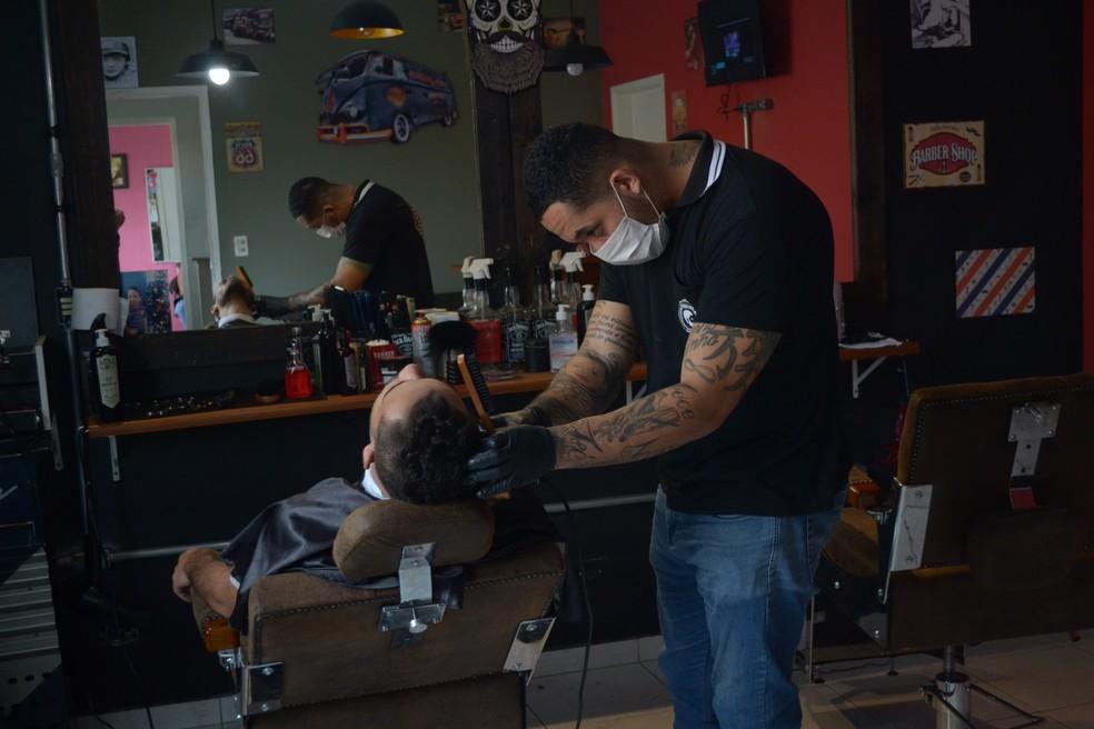 Menos de um ano depois de abrir a barbearia, Flávio Cordeiro já fez a primeira expansão em Mogi das Cruzes (Foto: Jamile Santana/G1)