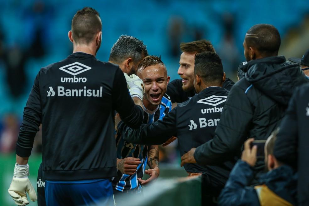 Everton comemora com os companheiros (Foto: Lucas Uebel/Grêmio)