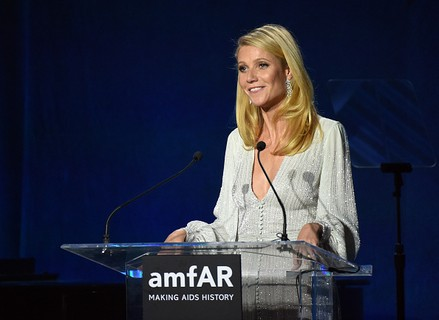 Gwyneth Paltrow no palco do amfAR em Los Angeles