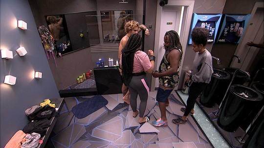 Rodrigo, Alan, Gabriela e Rízia vão ao banheiro