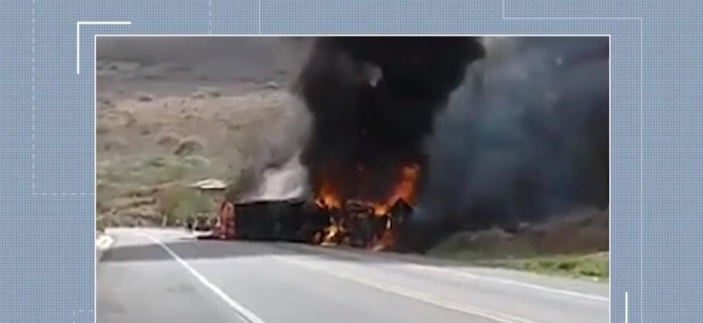 Caminhão pegou fogo após tombar no sudoeste da Bahia — Foto: Reprodução/ TV Sudoeste