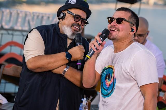 """Thiago Martins e Jorge Aragão nos bastidores do especial """"Quintal do TG"""" (Foto: Reprodução)"""