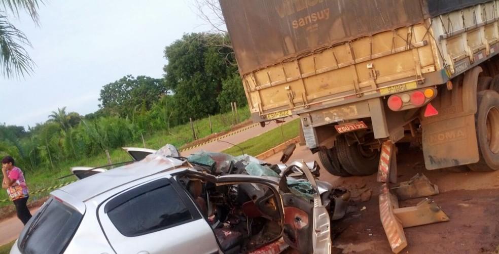 Veículo bateu na traseira de carreta que estava parada (Foto: Polícia Militar-MT/ Divulgação)