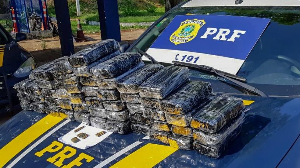 Homem é preso com mais de 50 kg de pasta base de cocaína em fundo falso de carro na BR-101, no RJ — Foto: Divulgação/PRF