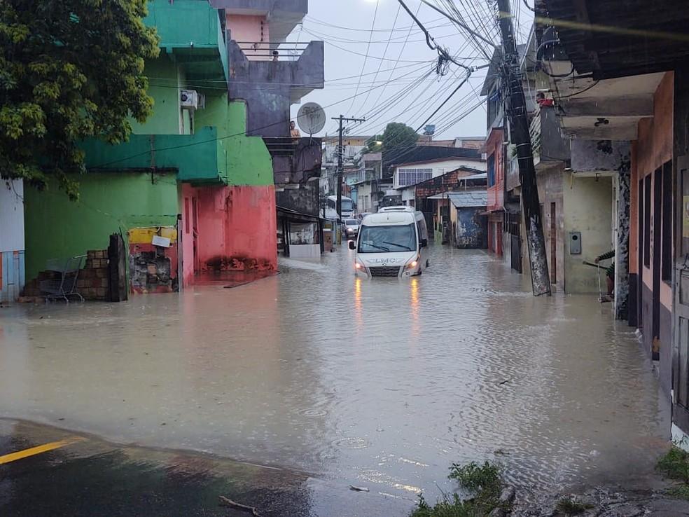 Ônibus que faz transporte de industriários fica ilhado em rua alagada durante temporal em Manaus  — Foto: Eliana Nascimento