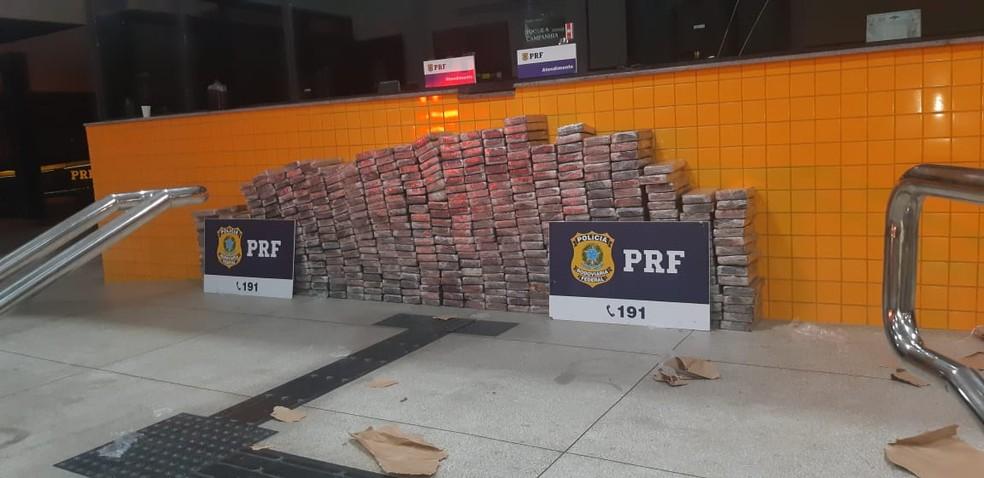 Tabletes de cocaína apreendidos no Sertão de Alagoas pela PRF — Foto: Ascom/PRF-AL