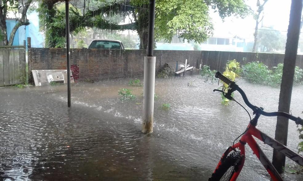 Segundo o Simepar, de sexta-feira até às 11h deste domingo, choveu 184,4 milímetros em Guaratuba — Foto: Francisco Carvalho/Reprodução