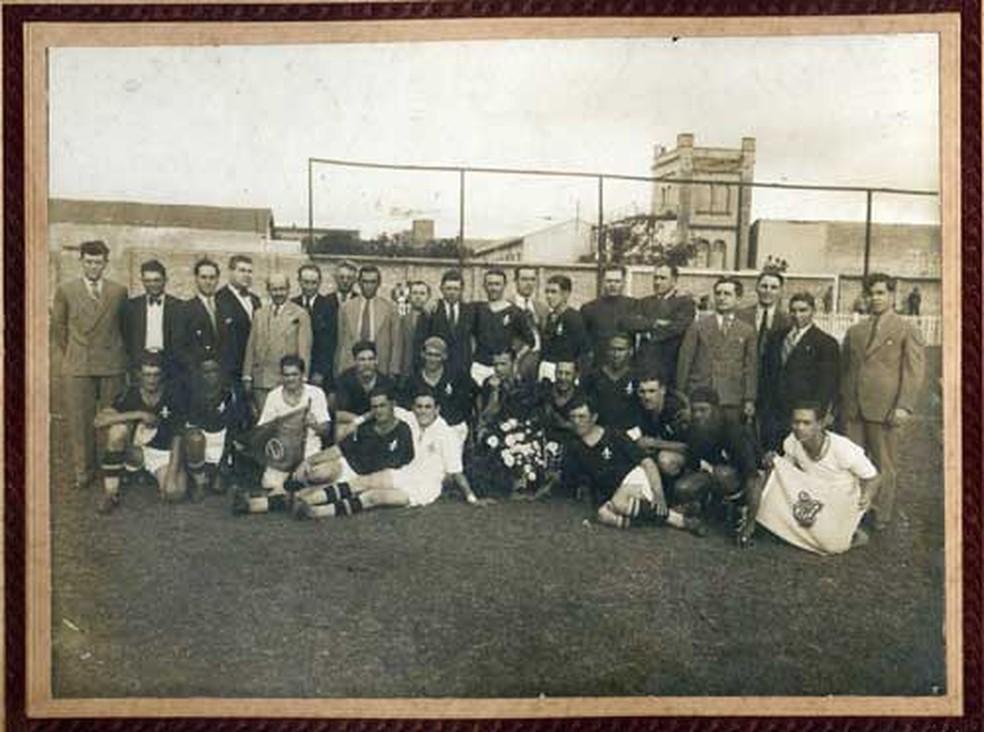 Jogadores e dirigentes que conquistaram o título paulista de 34 na Rua Javari -- Foto: Divulgação