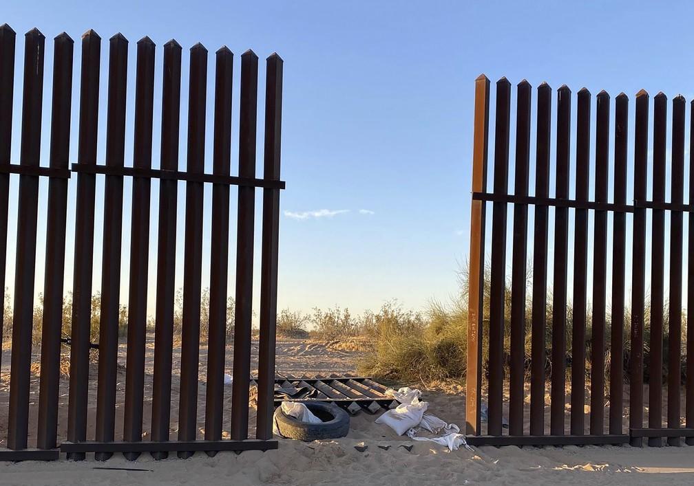 Foto de 3 de março de 2021 do órgão de proteção das alfândegas e fronteiras dos EUA mostra buraco na cerca da fronteira com o México — Foto: US Customs and Border Protection via AP