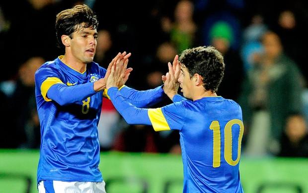 Oscar e Kaká comemoram gol do Brasil contra o Iraque (Foto: AFP)