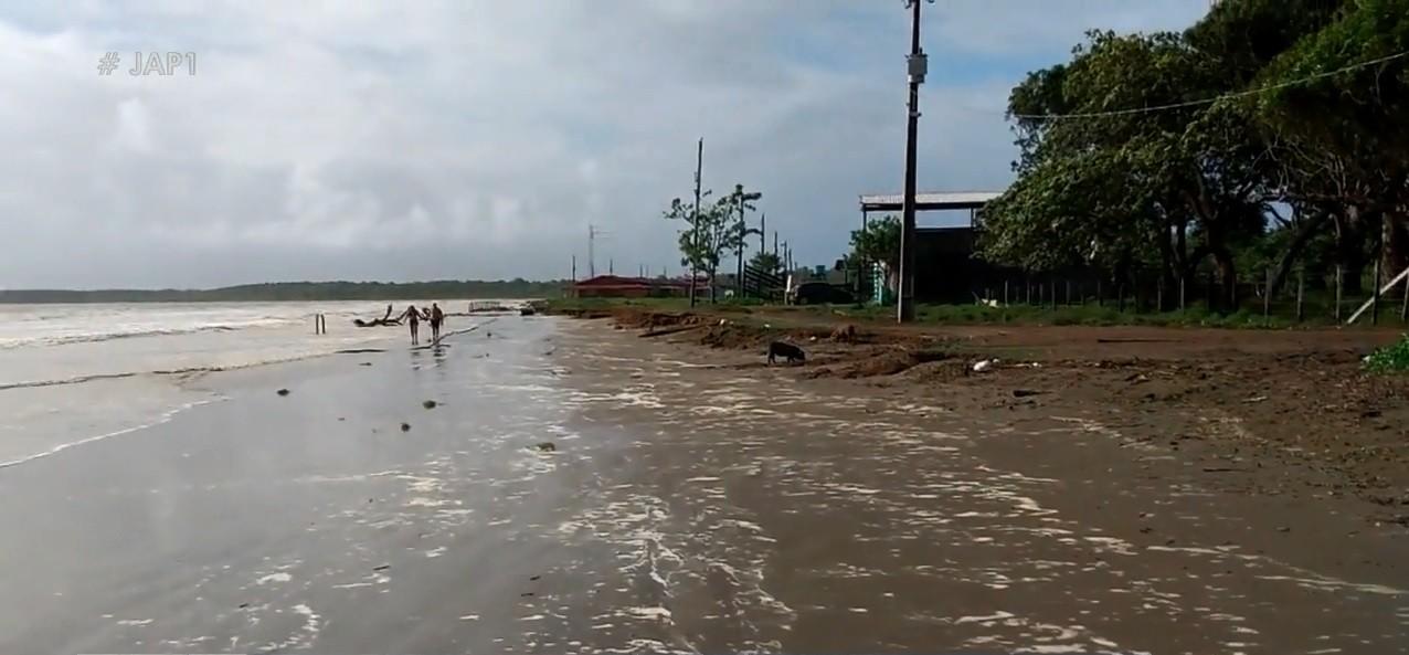 Avanço do mar no 'inverno amazônico' ameaça praia de água salgada mais ao Norte do país thumbnail