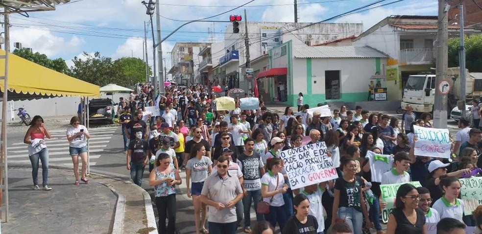 Estudantes de Currais Novos protestam contra o bloqueio de verbas na educação  — Foto: Luis Henrique