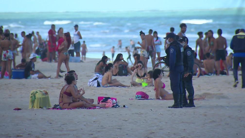 Fiscalização não impede aglomeração na praia de Boa Viagem, na Zona Sul do Recife, neste domingo (12) — Foto: Reprodução/TV Globo