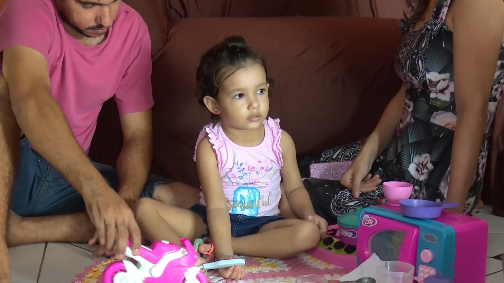 Menina de 3 anos supera câncer raro e pais relembram luta médica: 'mudamos até de cidade para tratá-la'