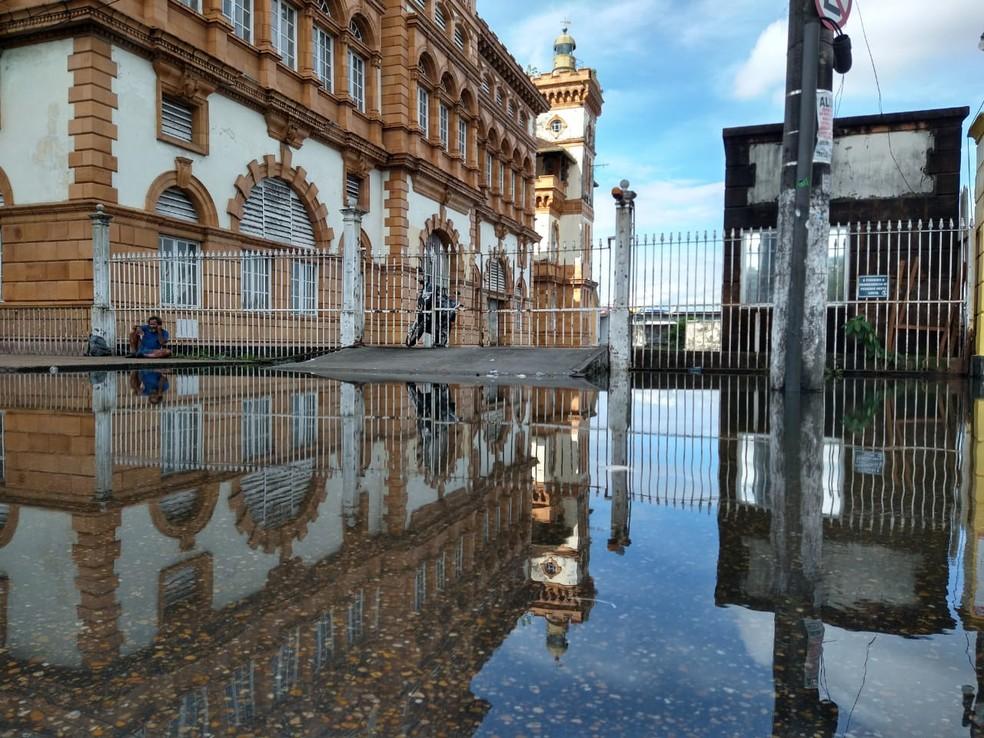 Edifício da Alfândega de Manaus também afetado pela cheia — Foto: Paulo Frazão/Rede Amazônica