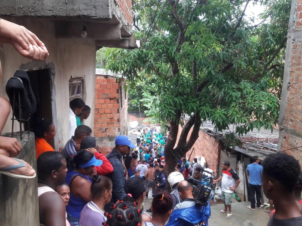 TragA�dia atraiu centenas de pessoas na manhA? desta terA�a-feira (Foto: Alan Oliveira/G1)
