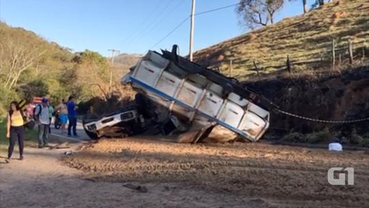 Duas pessoas morrem após caminhão tombar em estrada em Cunha