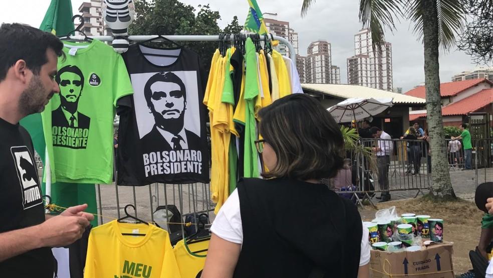 Eleitores aproveitaram a vitória de Bolsonaro para comprar camisetas com a foto do novo presidente — Foto: Patricia Teixeira/G1