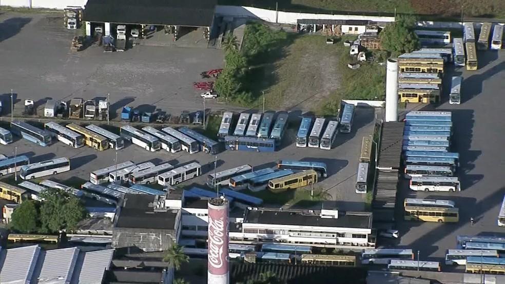 Garagem da empresa Vera Cruz estava com diversos ônibus parados na manhã desta terça-feira (25) — Foto: Reprodução/TV Globo