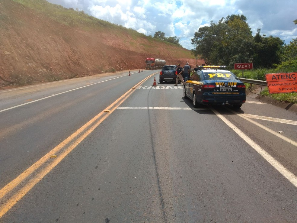 Motorista sofre mal súbito e bate caminhonete contra caminhão na BR-376, em Tibagi, segundo a PRF — Foto: Divulgação/PRF