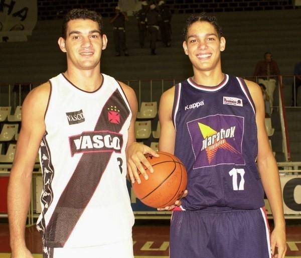 Os irmãos Sandro e Anderson Varejão em 2001