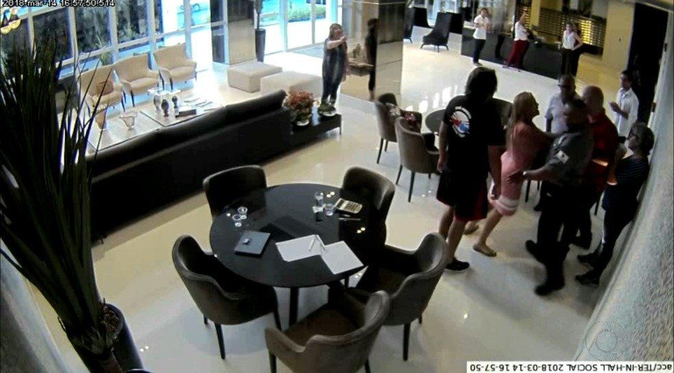 Briga envolvendo vereadora e empresária aconteceu no salão de um condomínio de luxo na orla de João Pessoa (Foto: Reprodução/TV Cabo Branco)
