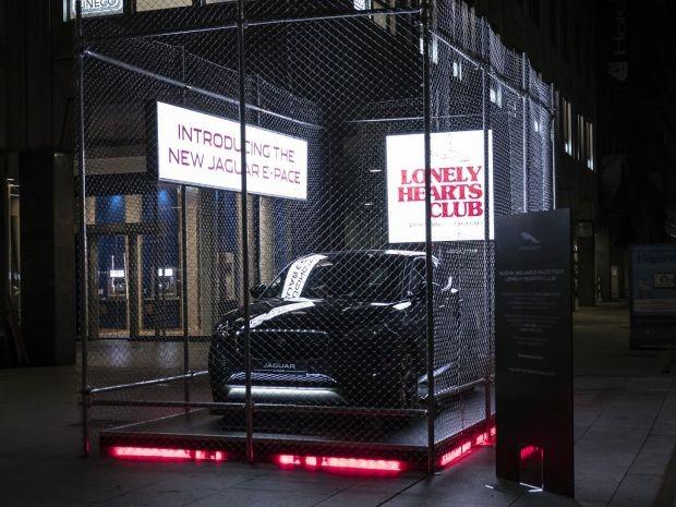 Jaguar E-Pace exibido durante a Semana de Moda de Milão de 2017 (Foto: Reprodução)