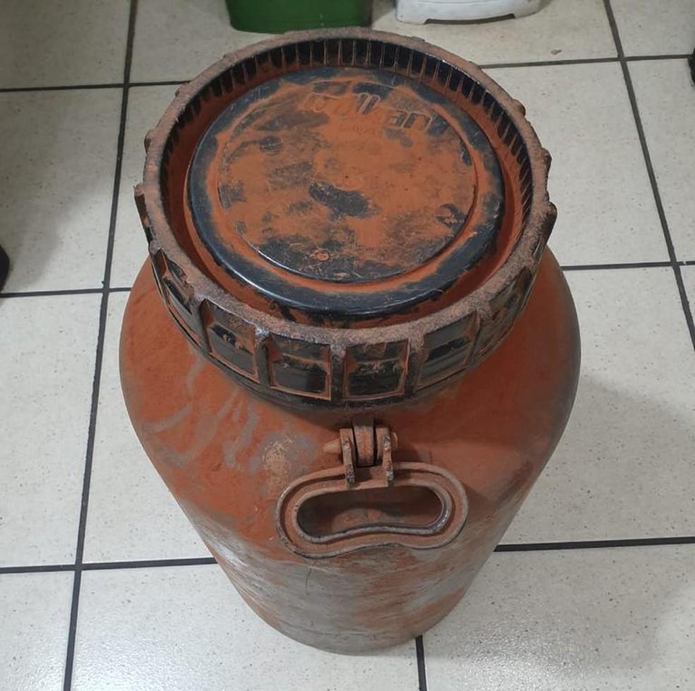 Droga estava escondida em um tonel enterrado no galinheiro — Foto: Divulgação/Polícia Militar