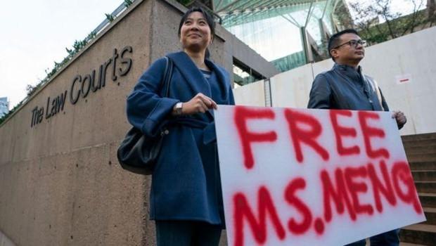 Manifestantes se reuniram na porta do tribunal em Vancouver onde a execuvita Meng Wanzhou foi ouvida (Foto: Divulgação)