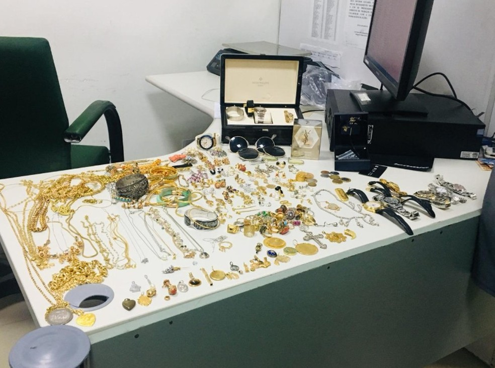 Um dos relógios leva está avaliado em R$ 200 mil. Joias estavam dentro de malas — Foto: Darley Melo/G1