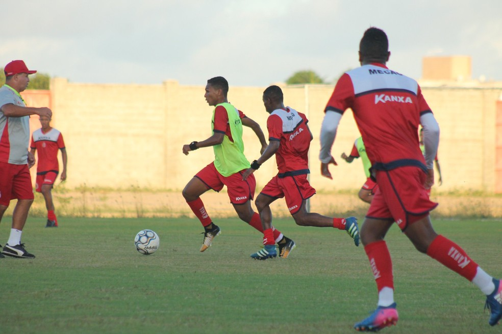 Wandinho, de colete verde, pode ser o substituto de Flávio Carioca (Foto: Canindé Pereira/América FC)