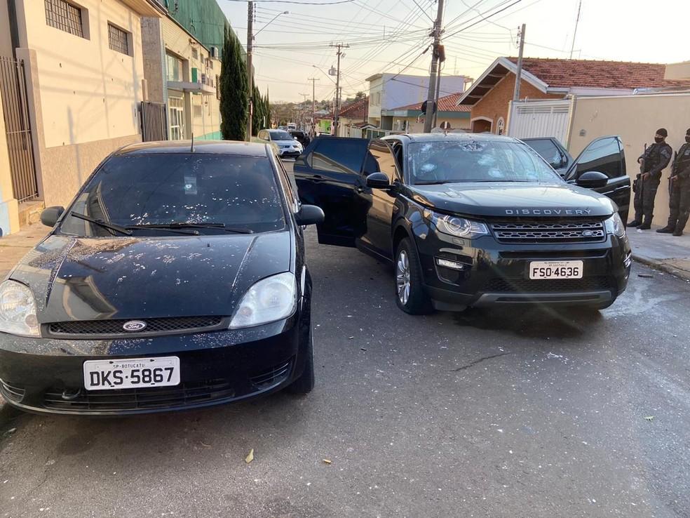 Criminosos abandonaram um veículo em uma das ruas do centro de Botucatu  — Foto: Arquivo pessoal