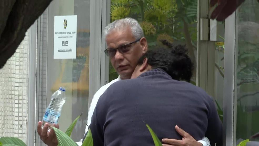 Mãe de sequestrador é confortada por parente de vítima  — Foto: Reprodução TV Globo