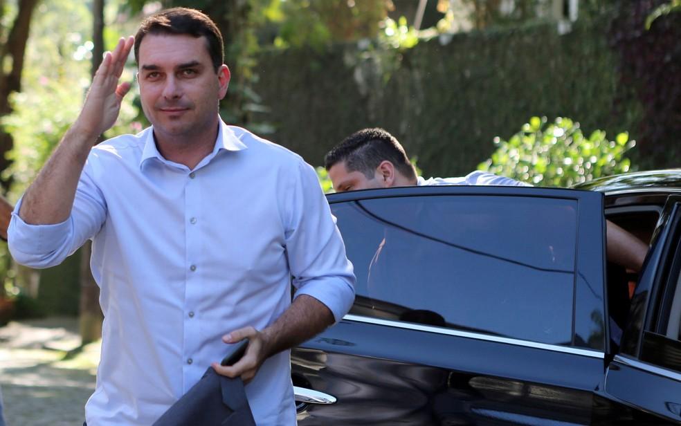 Flávio Bolsonaro diz que depósitou dinheiro que recebeu em negociação de apartamento — Foto: Sergio Moraes/Reuters