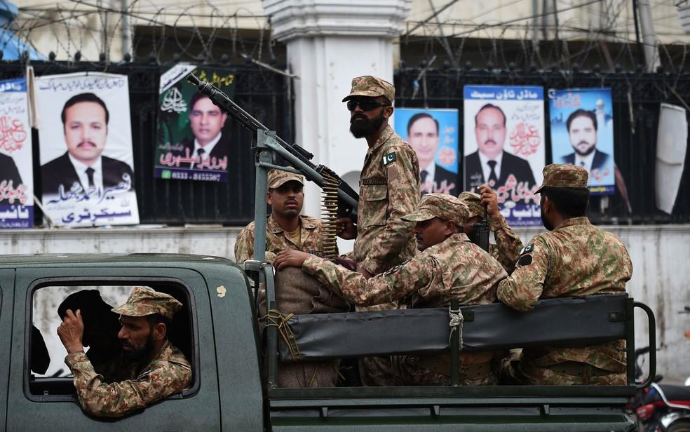 Soldados patrulham local de distribuição de material de votação em Lahore, no Paquistão, na terça-feira (24) (Foto: Wakil Kohsar/AFP)