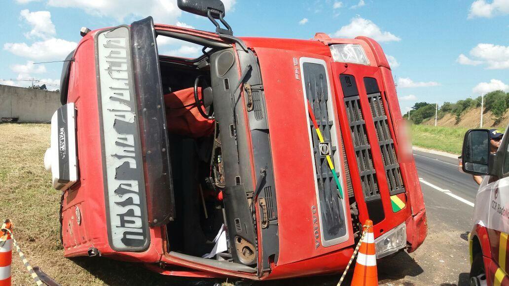 Caminhão tomba e mata passageiro na BR-277, na Região de Curitiba