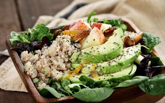 Saladinha de quinoa, nesta versão, com abacate como acompanhamento (Foto: Thinkstock)