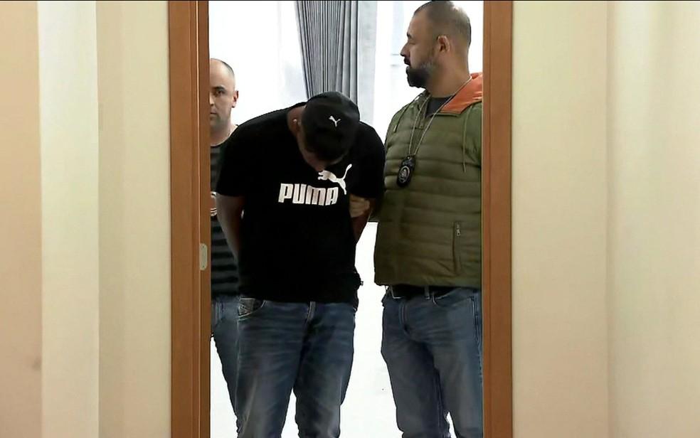 Suspeito de integrar quadrilha especializada em assaltos a lojas de celulares é preso — Foto: Reprodução/TV Globo