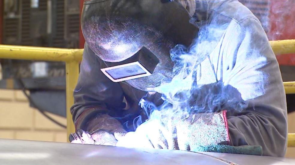 Operário da indústria de base de Sertãozinho (Foto: Reprodução/EPTV)