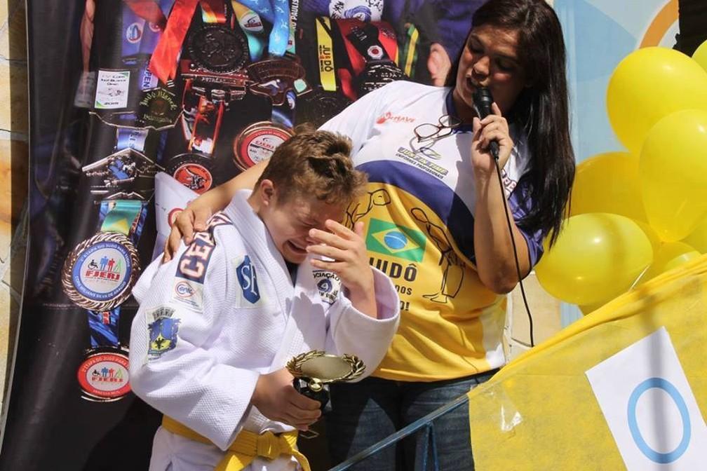 Matheus Moreira se emocionou ao receber uma homenagem da escola onde estuda em Petrópolis (Foto: André Fernandes Moreira | Arquivo Pessoal)