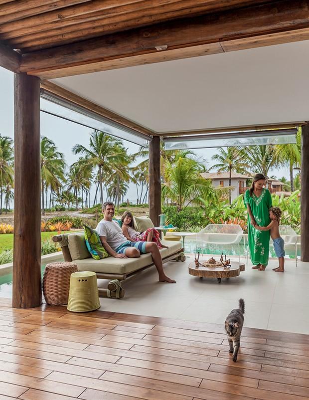 Lifestyle decor - Luciano,  Marina, Laura, Marco Antonio e o gato Tom na varanda (Foto: Victor Affaro)