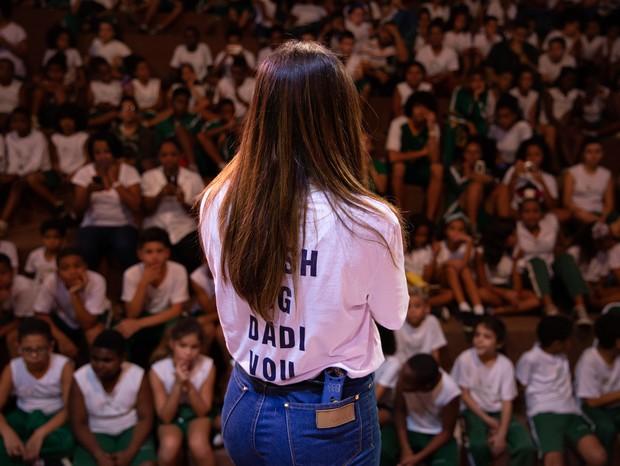 Anitta visita Cantagalo (Foto: João Pedro Rocha/Reprodução)