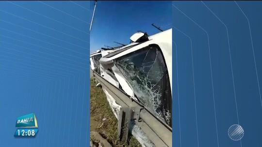 Caminhão-cegonha carregado com 11 veículos tomba na Bahia e motorista fica preso às ferragens